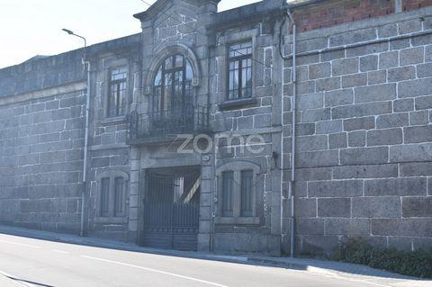 Prédio no centro da cidade de Guimarães para construção habitacional. Este prédio tem uma boa área de construção, excelente localização, ótima exposição solar onde poderá nascer 4 torres habitacionais, com áreas de lazer circundantes . A localização,...