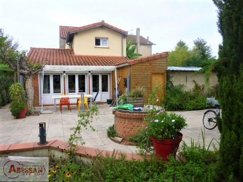 TARN (81) For sale in Albi, less than 3 km from the cathedral, a very nice property including a main house + a studio (approximately 165 m2 living space in total) on a large plot of 1600 m2 flat, fenced and wooded. The main house consists on the grou...