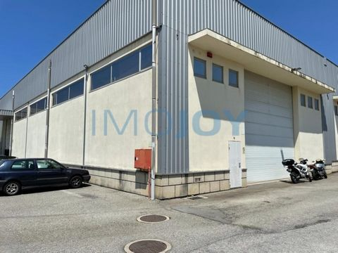 Warehouse for Sale with 670m2 and 8m right foot + 60m2 mezzanine with two offices and 1 toilet On the floor of the warehouse there is another toilet, two rooms and a small cafeteria Located in the industrial park of Serzedo and with street for truck ...