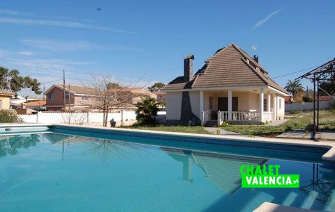 Large manor villa in urbanization Montesol , very close to the urban center of L'ELiana , with plot of 1800m2 that gives 3 streets. This phrase with which we started the report of this villa tells us that we are visiting a very particular villa, aime...