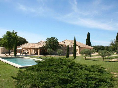 Location vacances maison prestige Aix en Provence. Très belle ferme ancienne entièrement rénovée avec piscine privée, située non loin du charmant village de Saint Cannat à seulement 15mn d'Aix en Provence. Ce mas offre beaucoup de caractère dans un b...