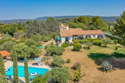 Flayosc - Near the village Large house with 4 bedrooms (apartments) and outbuildings, swimming pool 4700 m2 of enclosed land. Ideal set up for guest rooms. This property consists of ground floor: a beautiful reception room with fireplace 52 m2, kitch...
