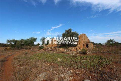 Located in Albufeira. 40.000 sq.m. plot excellently located in a quiet area close to the city of Albufeira. Just 10 minutes drive from Albufeira. Great access. With an old house with 298 sq.m. of built area. Excellent sun exposure. Panoramic countrys...