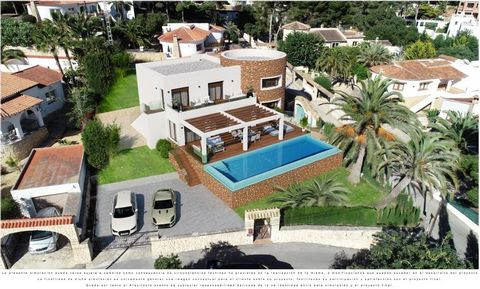 This lovely 5 bedroom, 4 bathroom property is under construction just a couple minutes' walk toEl Portet Beach, Moraira. The Villa has a spacious living dining area with open modern style kitchen. From the lounge area there is direct access to the te...
