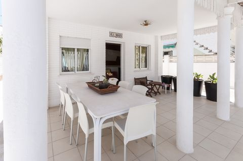 This precious chalet in Playa de Gandia is close to the sand beach and welcomes 6 to 8 guests. On the front porch you can start your day with a large breakfast. The rear terrace is very ample and a nice corner to have dinner, bask in the sun on one o...