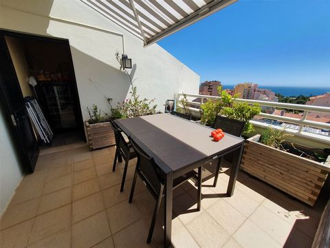 Penthouse DUPLEX apartment for sale with frontal sea view in Cascais in Gandarinha. 3 rooms on the 12th and 13th floors of a condominium with swimming pool and 24 hour security. Main floor: living room with more than 50m2 with fireplace with panorami...