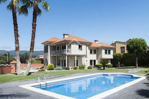 Pontevedra is a charming city in the south-west of Galicia, known for its beautiful clean centre, quick access points to all the well known beautiful beaches of the Rias Baixas. We find this stunning villa situated in a sought-after residential area ...