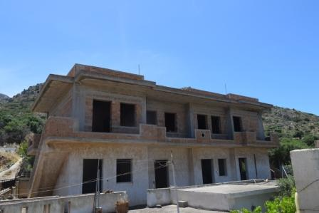 Kato Chorio Building of 228m2 at the top of the village. It is located on a plot of 330m2. The building is on two levels and has two unfinished apartments on the upper floor and another two apartments on the ground floor. Each apartment has two bedro...