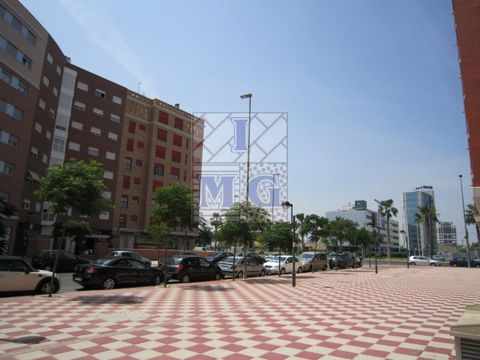 Commercial diaphanous and front four streets around Avd Juan Carlos I, in this area we have several local interesting new area for any business, well connected, tram stop, bus and near the center. #ref:0513