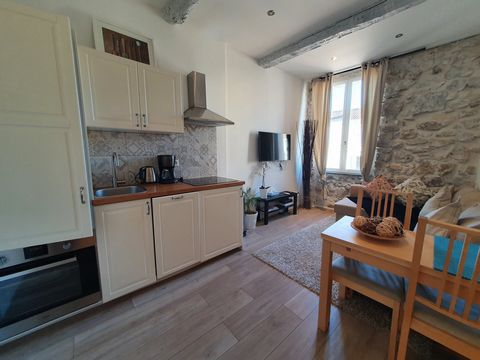 An alliance of charm and modernism for this superb T2 of 26m² completely renovated, nestled in the heart of Viel Antibes, close to the ramparts and just above the market. Very sought after area, very lively neighborhood. This 2 room apartment located...