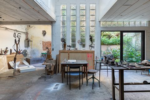This sculptor's workshop in full ownership to be rehabilitated offers 180 m2 spread over two levels and benefits from a private green courtyard of 16 m2. The ground floor is today intended for the activity of the artist sculptor and is particularly s...