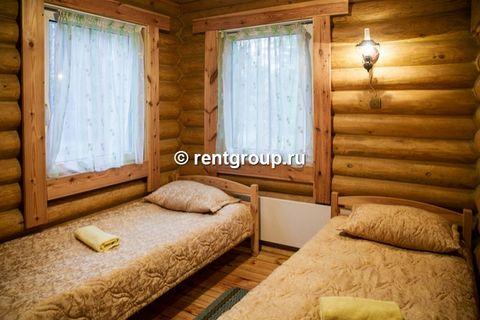 Лот №p6097183. Коттедж на 8-10 человек. Деревянный двухэтажный коттедж,с сауной общей площадью 75 кв.м., расположенный в лесной части базы отдыха, подойдет для комфортного проживания большой семьи или небольшой компании. В коттедже на 1 этаже располо...