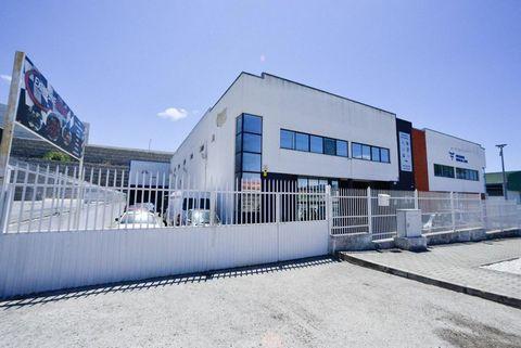 Pretende investir e rentabilizar o seu capital?Apresento este armazém de 1.162 m2, localizado na zona industrial do Barreiro em Palhais, o imóvel encontra-se em frente ao centro de inspeções do Barreiro.É composto por dois pisos, 3 salas de escritóri...