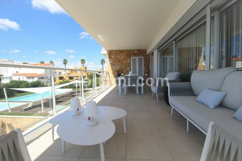 Fantastic apartment inserted in a private condominium with excellent areas, large balcony and unobstructed views over the pool and gardens. Living room with open-space kitchen with about 45 sqm, main balcony of 32 sqm with BBQ, three bedrooms (1 en s...