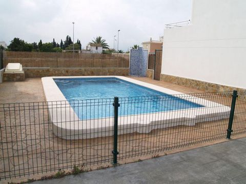 Spacious cottage in Oliva by the sea, next to the very beautiful Oliva Nova Golf Course – one of the best golf spots on the entire coast. Just 150 meters away from the beach. Very cozy house with a living area of 147 m2. There are 3 bedrooms, 4 bathr...