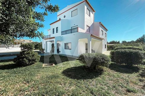 This marvelous country house, located on a well-maintained plot of 4000m2, is located in the heart of São Brás de Alportel, with unbeatable access from the N270 road that connects Tavira and Loulé. A peaceful neighborhood surrounds the property, with...