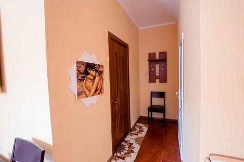 В 2-комнатной квартире-студии сделан дизайнерский евроремонт под Африканский стиль и установлена новая современная мебель: Просторный диван-кровать и журнальный стол, который превращается легким движением в обеденный с 4 стульями,а в центре комнаты н...
