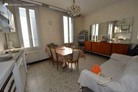 Une maison individuelle des années 30s, actuellement organisée en immeuble de rapport de 4/5 appartements, 2 par niveaux, chacun disposant de son propre compteur électrique. Actuellement libre de tout occupant et contrat de bail. La maison, d'environ...