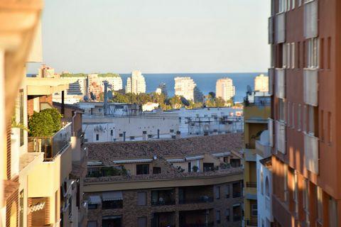 Ático céntrico de 5 dormitorios en Calpe, con vistas parciales al mar, a solo 800 m de la playa. Este ático de 190 m2 se encuentra en un edificio con ascensor, situado en el corazón de Calpe, a solo 800 m de la emblemática playa Arenal-Bol y su incon...