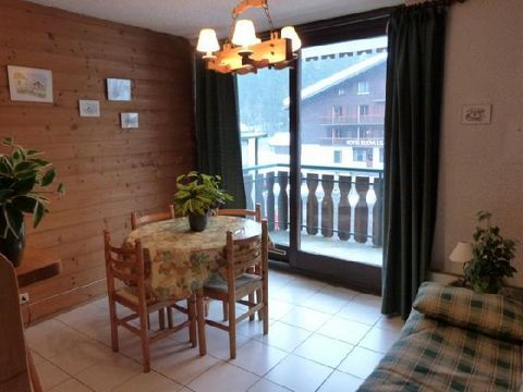The residence le Moulin, with lift, is situated Route de pré-la-Joux, in Linga/Villapeyron district, in Châtel. It is located 100 m away from Linga cable car and the kinder garden of Les Pitchounes. The village center and shops are 1900 m away from t...