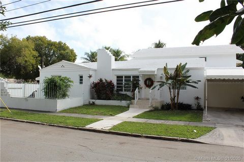 One Of A Kind Opportunity In Highly Sought & Historic Neighborhood Of The Roads. Remodeled With +/- 4000 SF Of Living Area & A 11,571 SF Oversized Corner Lot With 6 Bed & 5 Full Baths 2 Minutes From Downtown Miami, Brickell, Key Biscayne, Coconut Gro...
