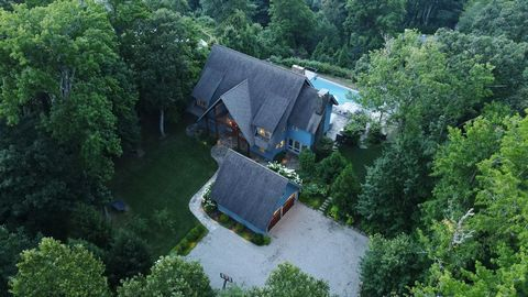 Your private oasis in sought-after Snedens Landing in the Hudson Valley. The Hudson River is the backdrop for this stunning 6 BR 6.5 BA home w/ infinity pool, year-round spa, manicured gardens and many indoor and outdoor amenities. Every aspect of th...