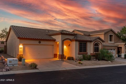 You'll fall in love with this beautiful 3 bedrm 2 bath home offering sweeping views. This light bright open floor plan offers soaring ceilings with the perfect North/South exposure. This home features all tile except the bedrooms. Kitchen offers soli...