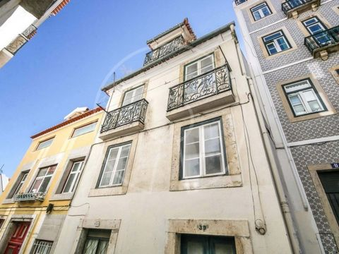 This is a 4-storey building, offering 2 terraces with full river views. The building consists of 4 autonomous fractions (the energy class indicated is prior to the recovery works): - 1 apartment T2+1 - 1 2+1 bedroom apartment with terrace - 1 2+1 bed...